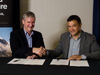 Dr Richard Gordon (Manaaki Whenua) and Waikato Regional Council chief executive Vaughan Payne sign the MOU.